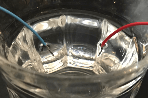 コネクタから配線を水に入れた写真
