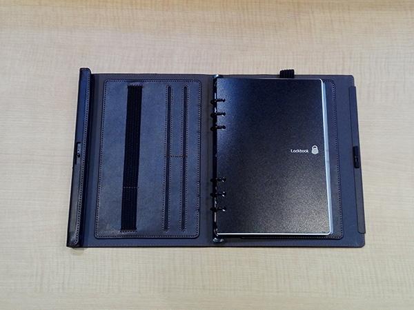 多機能ノート「LOCKBOOK」内側のゴムベルトと4つのカードポケット
