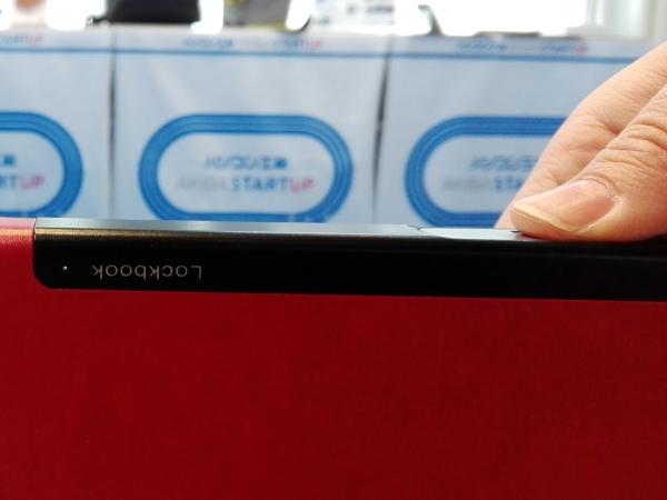 多機能ノート「LOCKBOOK」指を指紋認証センサーにのせる