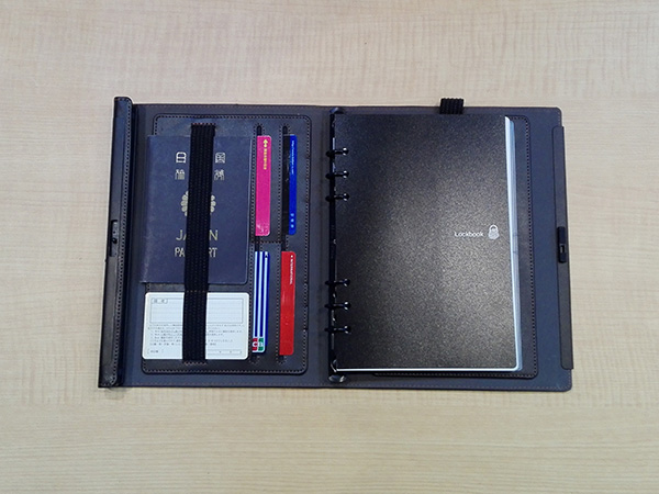 多機能ノート「LOCKBOOK」使用例、パスポートを挟んでみる
