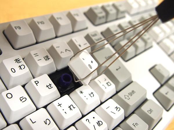 REALFORCE A、REALFORCE SAのキーをゆっくり引き抜きます。