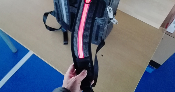 多機能バッグ「UDEE」のセーフティLEDを点灯!