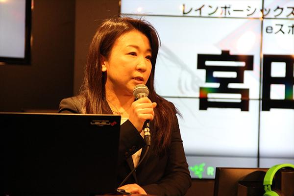 発売から今年で3年目を迎えるレインボーシックス シージについて語るユービーアイソフトの宮田幸子氏。プロゲーマーの活躍によるeスポーツの発展にも期待されていました。