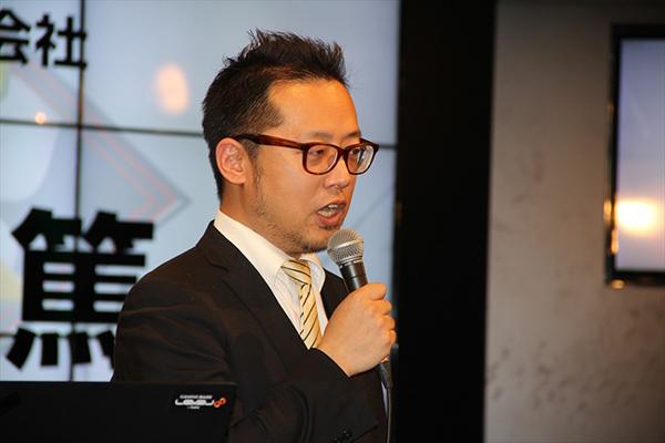 父ノ背中メンバーも愛用するゲーミングデバイス「RAZER」の提供をおこなうMSYの橋本篤氏、今回のイベントでは父ノ背中の躍進を期待してチームユニフォームが提供されました。