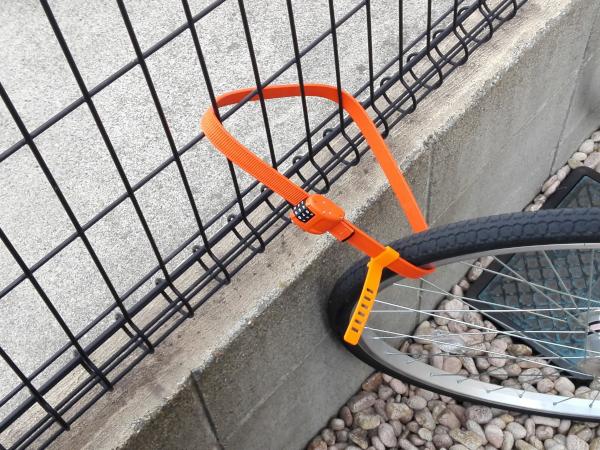 「OTTOLOCK」自転車の前輪を柵に繋げた様子