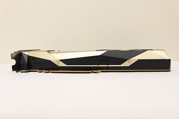 裏面には1枚板のバックプレートが装着。外殻に金属パーツが多用され重量は1.3kg!金属製の補強板が着いたPCI-Expressスロットでの使用や、カードを支えるステイがあると安心できる