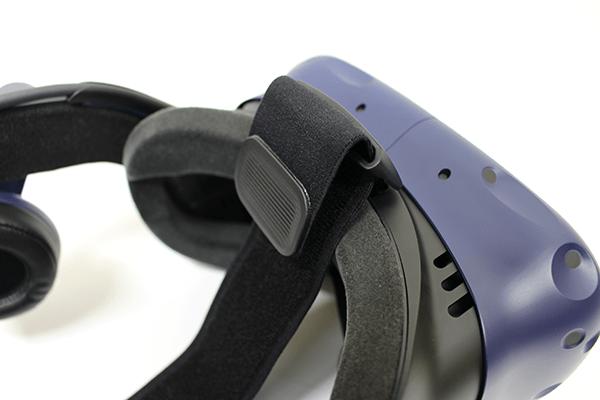 ヘッドセットを顔にあて、ストラップを頭にスライドさせて高さの位置を調整