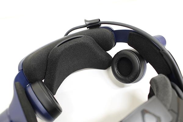 VIVE ProのHMD部分の重さにより前方にかかる重心を均等に分散するため、後頭部の下にある支えが活かされている