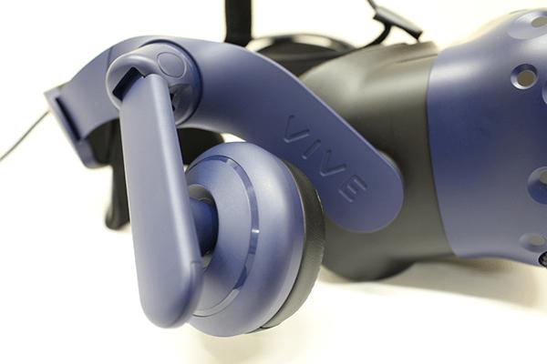 ハイレゾ対応ヘッドフォンは前後左右の動きに加え、高さ、角度まで調整できるので耳穴の位置にしっかりと合わせることができるようだ