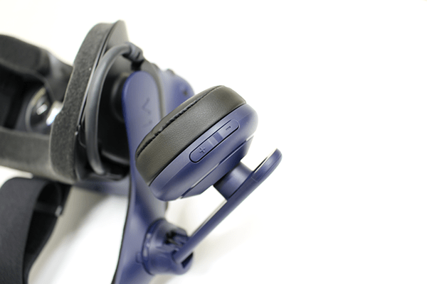 左側のヘッドフォンにはボリューム(音量)を調整するボタンが設けられている