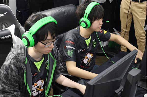 ゲームに集中する父ノ背中Beesun選手(左)、らむ選手(右)
