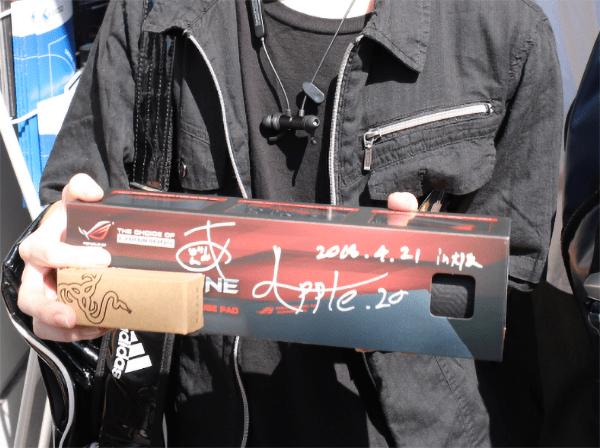人気のASUS製のゲーミングマウスパッド 父ノ背中メンバーのサイン入り!