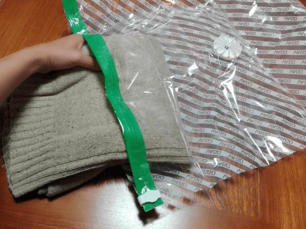【1】衣類を専用の真空バッグ(圧縮袋)に入れます。