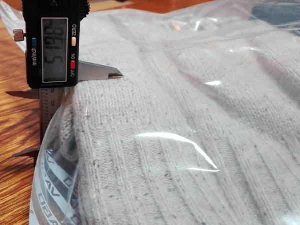 圧縮前のセーターの厚みは、約5.19cmです。