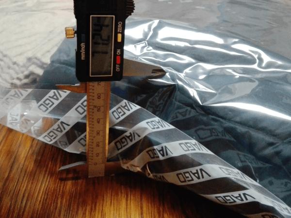 圧縮前のダウンジャケットの厚みは、約7.12cmです。