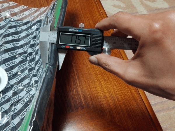 圧縮後のダウンジャケットの厚みは、約1.15cmになりました。