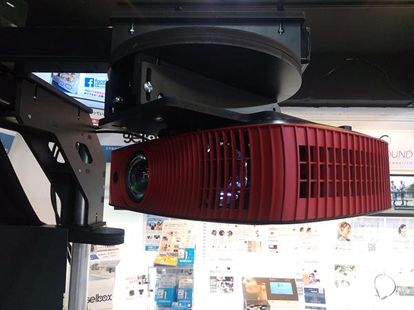 AVENGER 180 Proのスクリーン向かって右側の短焦点プロジェクター