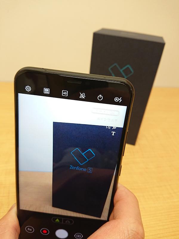 液晶右上を見ると『T』のアイコンが表示され『ZenFone 5』をテキストと判別しているのが分かる