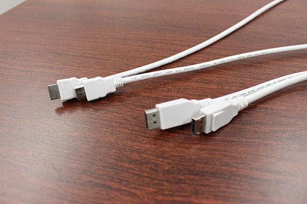 付属のHDMIケーブル、DisplayPortケーブルも白色で統一されている