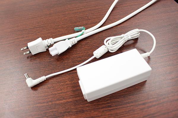 電源コードとAC-DCアダプタは本体色に合わせた色合いになっている