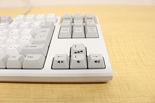 REALFORCE TKLシリーズのAPC機能付きのフルキーボードモデルではキーボード右上にあったAPC切り替えキーもファンクションキーと組み合わせた方向キーに置かれている