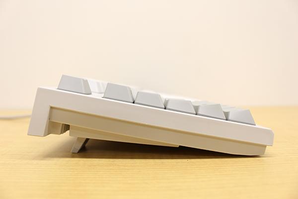 REALFORCE TKLシリーズの各キー列にはホームポジションからのキー入力が快適に行える角度がつけられている
