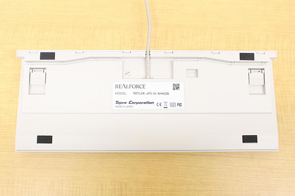 REALFORCE TKLシリーズにはキーボード背面の四隅に滑り止めのラバーフィートが備えられている