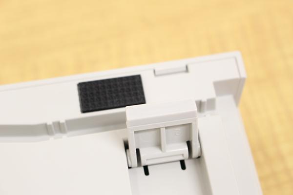 REALFORCE TKLシリーズのチルトスタンド底面にも滑り止めの樹脂素材が使われている