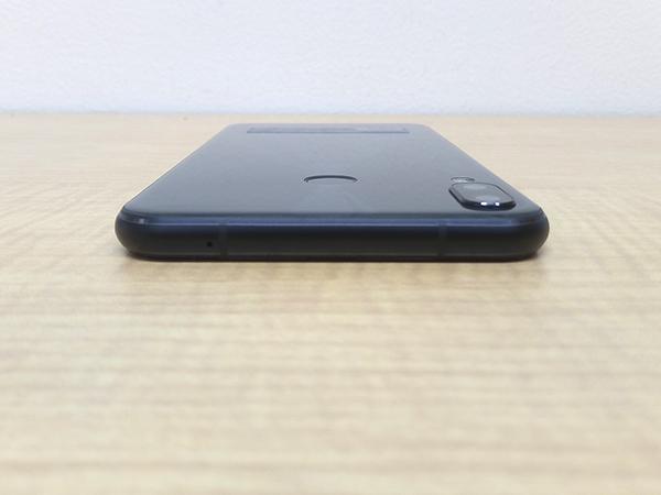 ZenFone 5の上部。角は丸みのあるデザインで落下による衝撃を分散させる