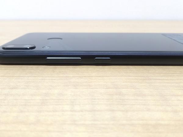 ZenFone5 右側面にはボリュームキーと電源キー