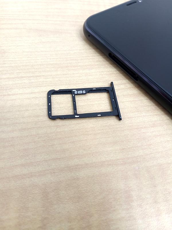 ZenFone5 左側面にはSIMカード(microSDカード)スロットがある