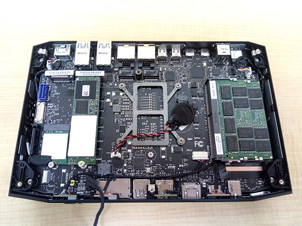 小型ゲーミングPC「NUC8i7HVK」にてメモリー、M.2以外は全て組まれたベアボーン製品