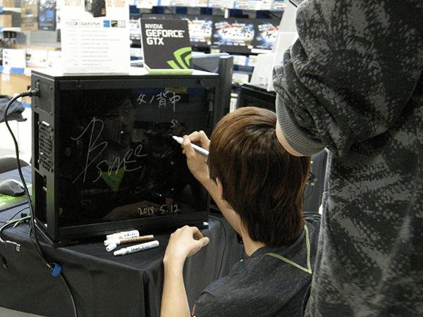 イベント筐体にもサインをいただきました。