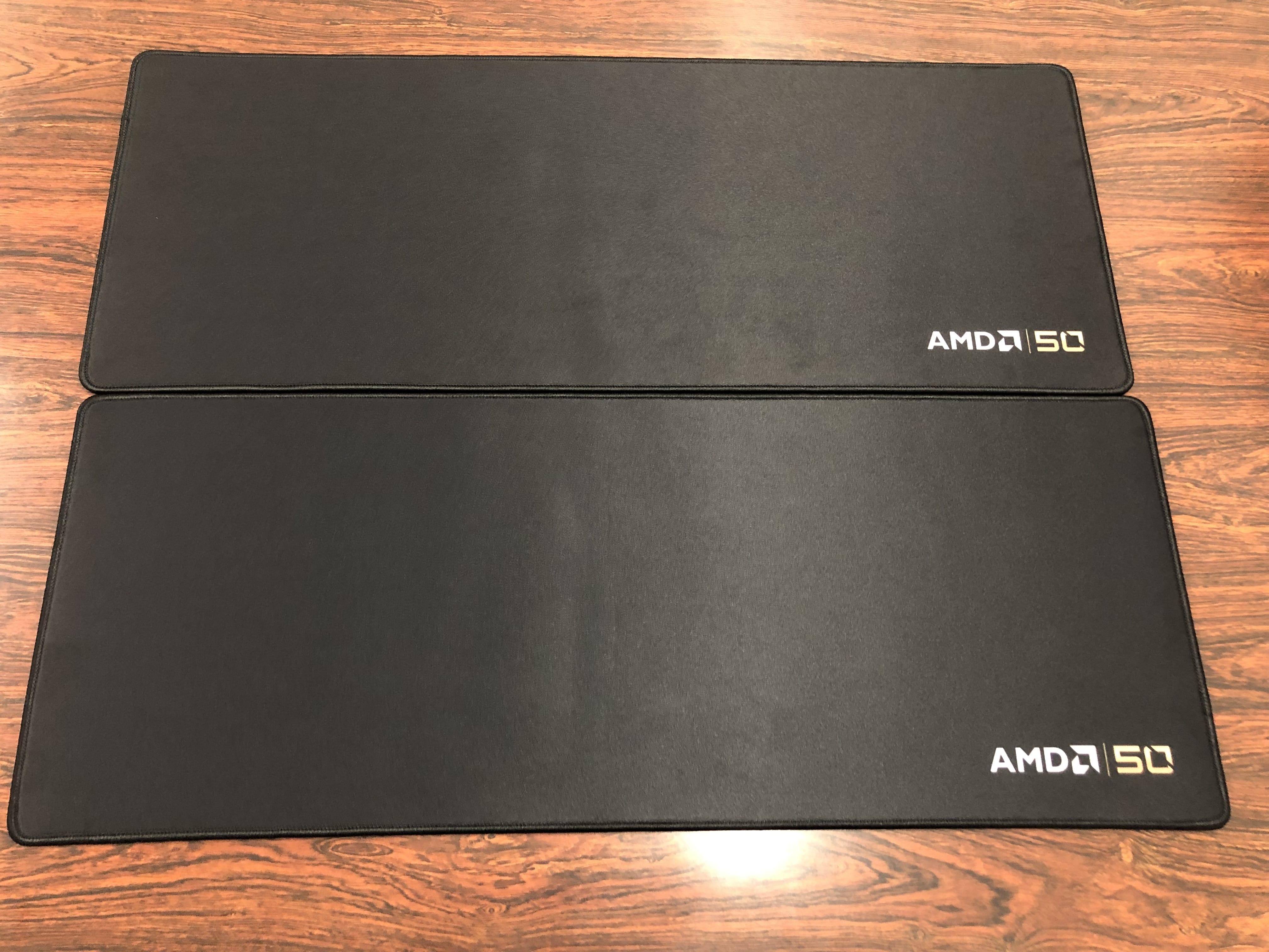 AMD 50と刻印された大判マウスパッド
