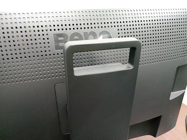 スタンドの上部はハンドル(取手)の形状になっており、持ち運びの際に便利だ