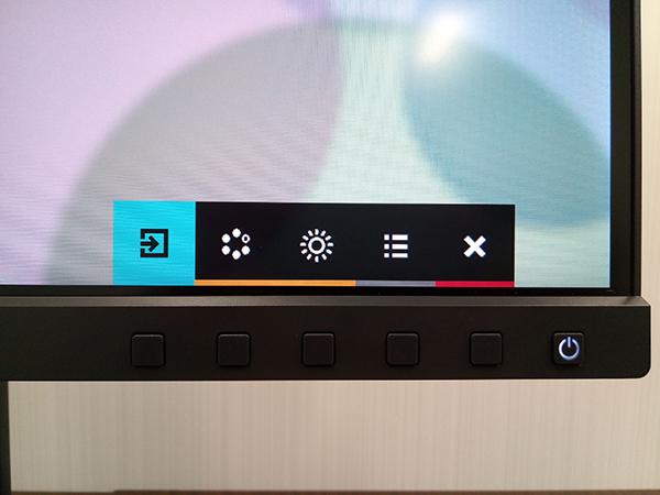 左から入力端子設定、カラーモード選択、輝度の調整、各種設定