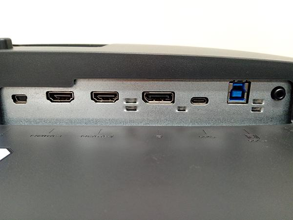 液晶ディスプレイ下部にHDMI2.0 ×2, DisplayPort1.4 ×1, USB Type-C、ヘッドフォンジャックを備えている
