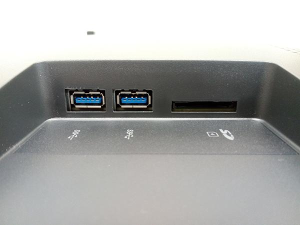 側面にはSDカードスロット(SD / SDHC / SDXC / MMC)とUSB3.0ポート ×2