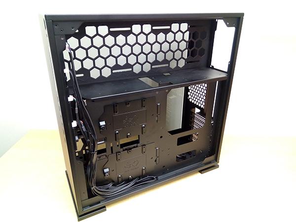 右側面のパネルを開けると電源ユニットを搭載するPSUチャンバー内部が確認できます。