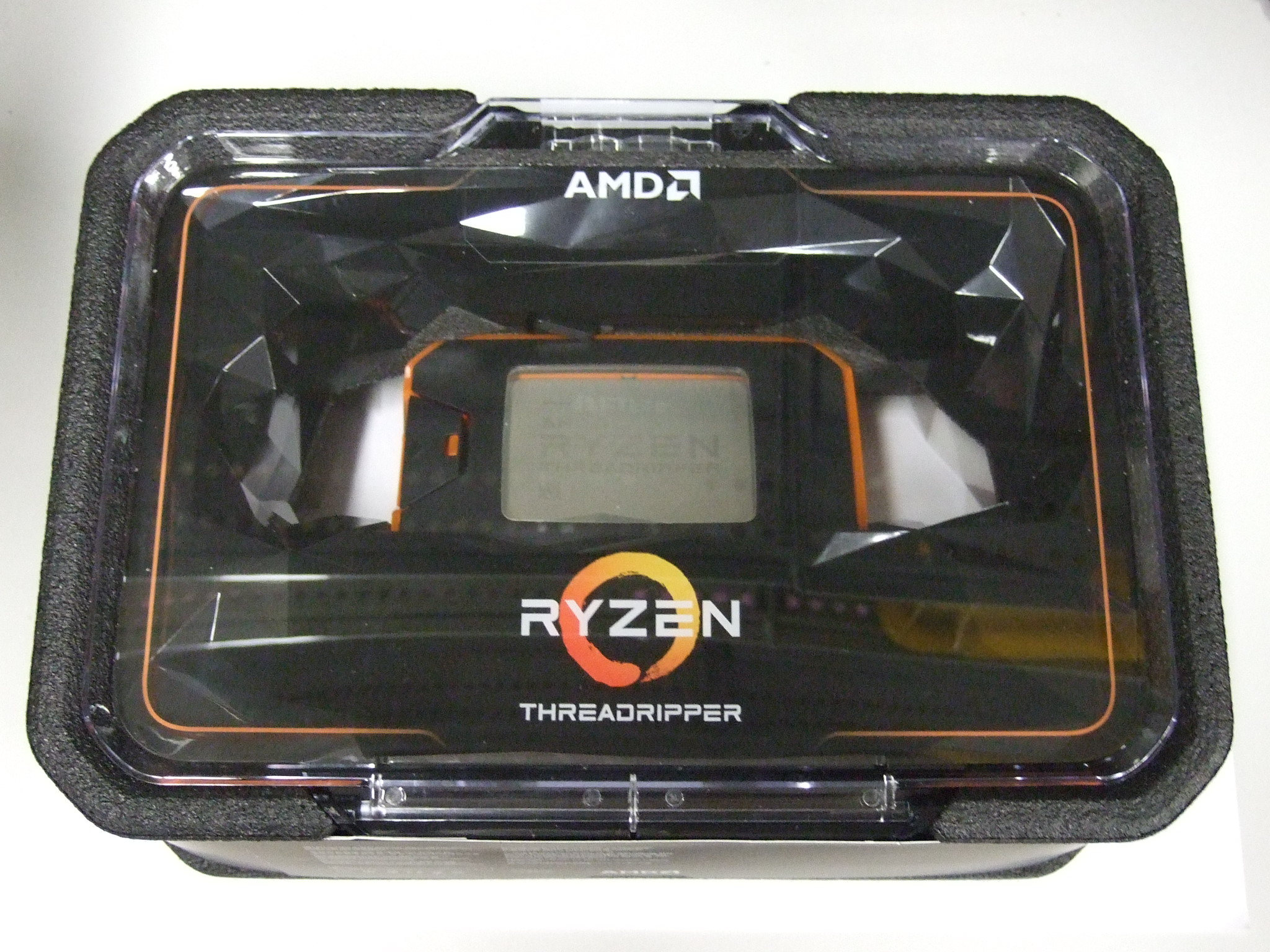 AMD Threadripper 2950X パッケージ
