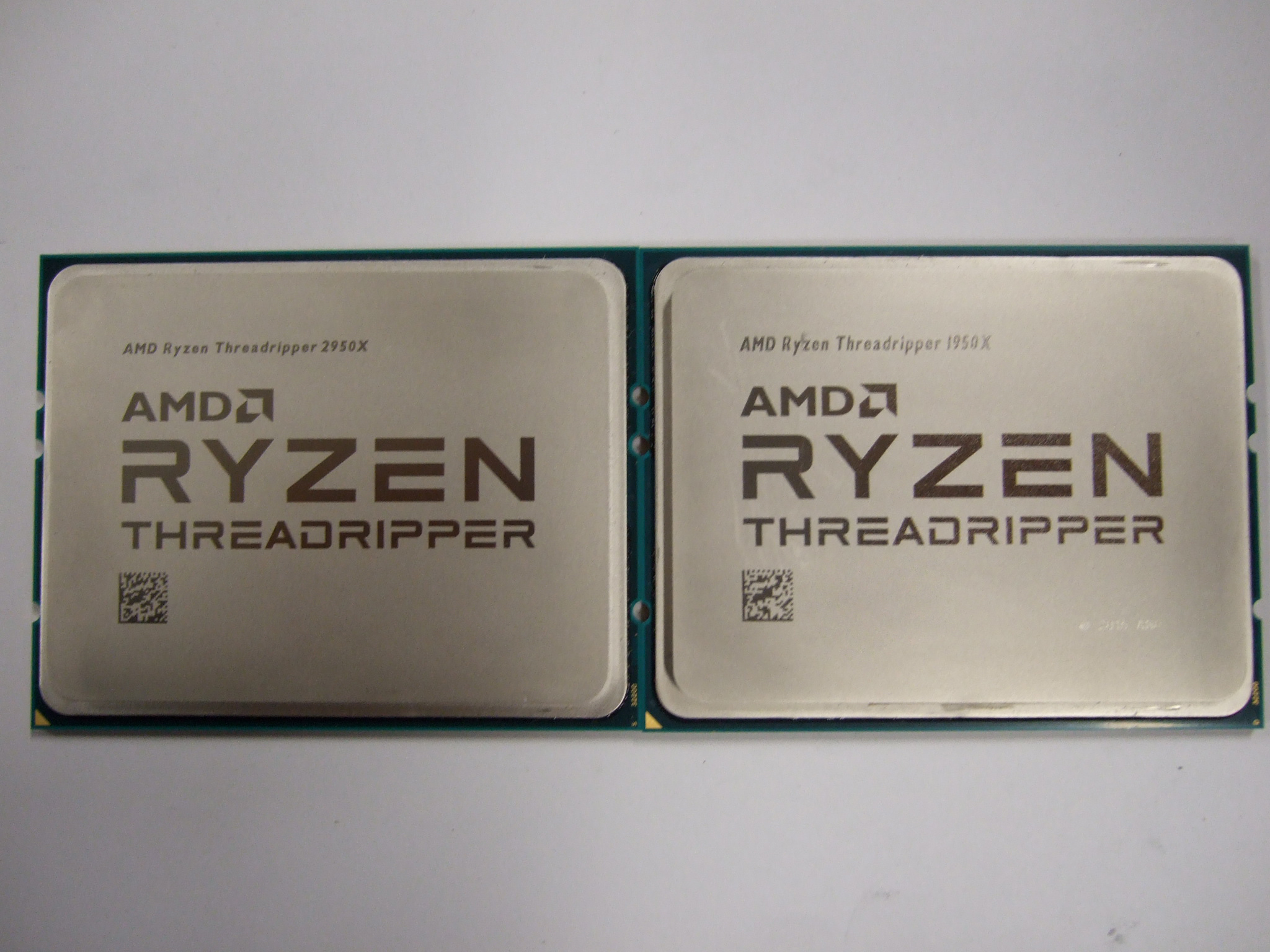《左:Ryzen Threadripper 2950X / 右:Ryzen Threadripper 1950X 》上部の「AMD Ryzen Threadripper ~」の刻印が若干異なっています