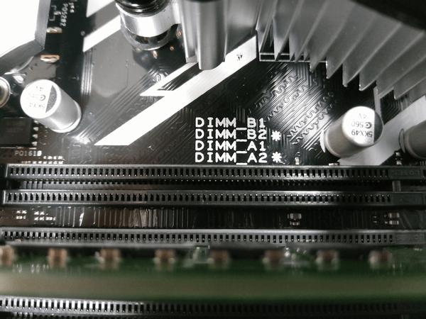マザーボード基盤にも「B2 *」、「A2 *」と末端から取り付けるよう印字されている