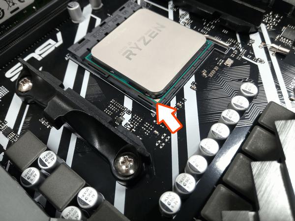 CPUをソケットに置き、固定レバーでCPUをロック
