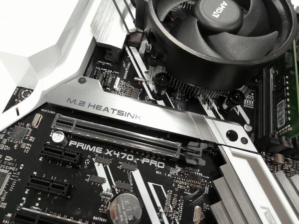 M.2 SSD取り付け場所にあるヒートシンクを外す