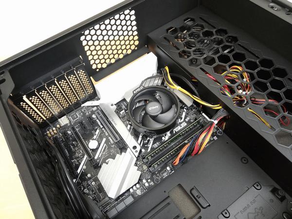 マザーボードを本体ケースに取り付け、電源ユニットからのケーブルと本体フロントパネルからのケーブルを接続