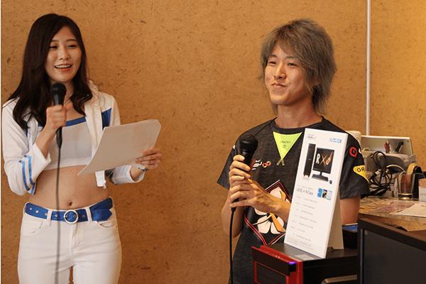 予選会の様子を解説するMCの 橘 亜李彩 氏と 父ノ背中 KINCHI 選手