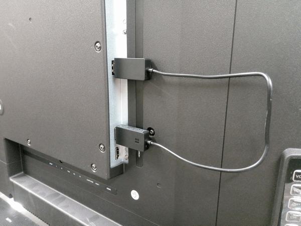 テレビ側にワイヤレスディスプレイアダプターを接続した様子