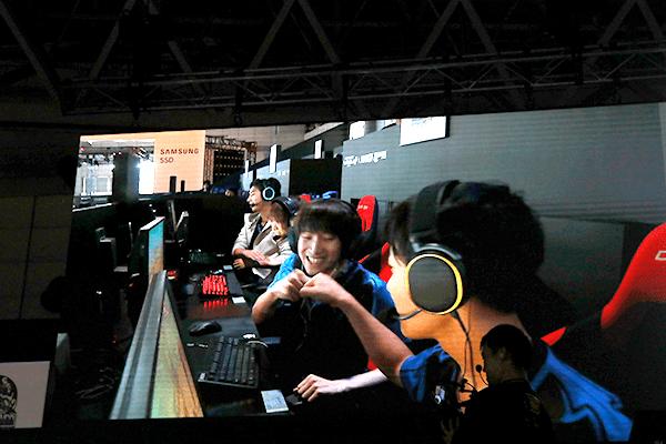 喜びを分かち合うチーム「Crest Gaming Xanadu」