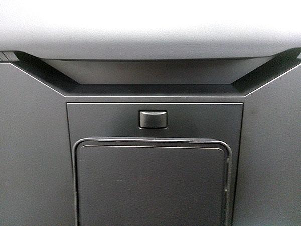 背面スタンド取り付け部分。ワンタッチで取り外しが可能です。