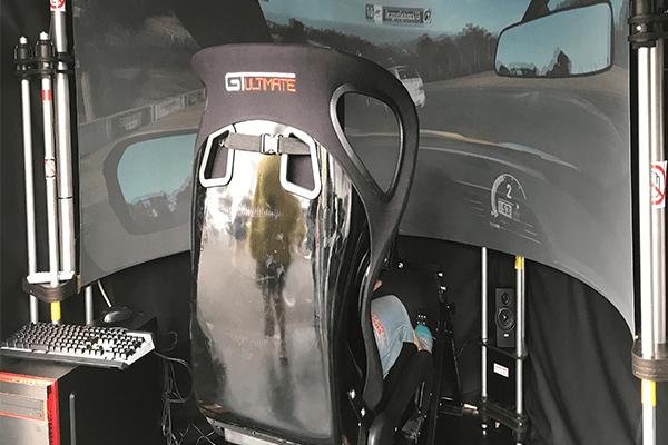 シムピット「AVENGER180 Pro」を採用した試遊機